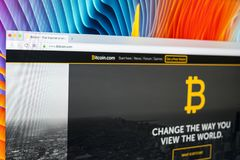 bitcoin 在苹果计算机iMac显示器屏幕上的com主页正式网站 Bitcoin是全世界数字式货币和付款 免版税图库摄影