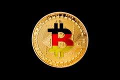 与德国旗子的金黄bitcoin在中心/德国土窖 库存图片