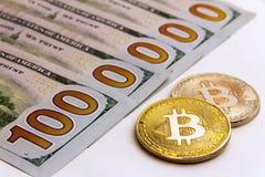 Bitcoin accanto alle banconote degli Stati Uniti Cinquecento fatture del dollaro Un milione di dolars Priorità bassa bianca Immagine Stock Libera da Diritti