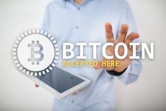 Bitcoin a accept? ici le texte et le logo sur l'?cran virtuel Concept en ligne de paiement et de cryptocurrency photographie stock libre de droits