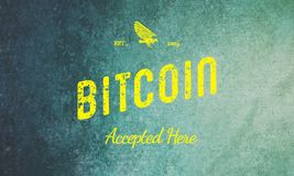 Bitcoin aceitou aqui o amarelo retro do projeto no Grunge Fotografia de Stock Royalty Free