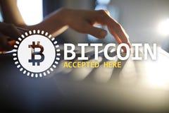 Bitcoin aceptó aquí el texto y el logotipo en la pantalla virtual Concepto en línea del pago y del cryptocurrency foto de archivo libre de regalías