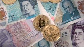 Bitcoin acuña caer de la cámara lenta de los billetes de banco de la libra esterlina de Reino Unido metrajes