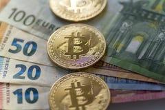 Bitcoin acuña en el fondo euro - imagen común Foto de archivo libre de regalías