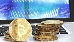 Bitcoin acuña en un ordenador portátil, cartas azules en el fondo Imágenes de archivo libres de regalías