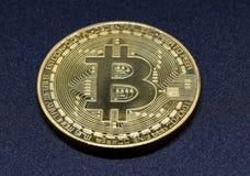 Bitcoin, aislado en fondo oscuro Fotografía de archivo