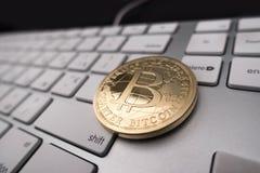 Bitcoin-Andenkenmünze auf Tastatur Stockbild