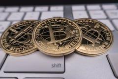 Bitcoin-Andenkenmünze auf Tastatur Lizenzfreie Stockbilder