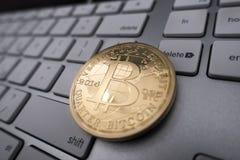 Bitcoin-Andenkenmünze auf Tastatur Stockfotos