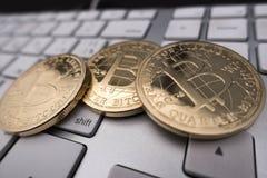 Bitcoin-Andenkenmünze auf Tastatur Stockbilder