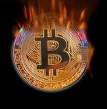 Bitcoin ardiendo en cryptocurrency digital de las llamas imagen de archivo