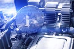 Bitcoin argenté sur le microprocesseur, fond numérique Concept d'affaires de l'exploitation num?rique de cryptocurrency et de bit photos libres de droits