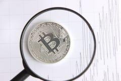 Bitcoin argenté sur les graphiques de fond Image libre de droits