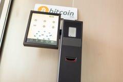 Bitcoin atm в здании стоковые изображения