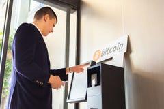 Bitcoin atm i biznesmen zdjęcie royalty free