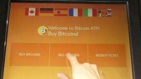 Bitcoin ATM pekskärmfinger över skärm Arkivbild