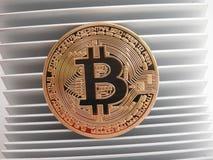 Bitcoin auf Aluminiumprofil Stockbild