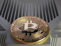 Bitcoin auf Aluminiumprofil Stockfotos