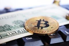 Bitcoin auf compuer Tastatur im Hintergrund, im Symbol des elektronischen virtuellen Geldes und in Bergbaucryptocurrency Konzept  stockfotos