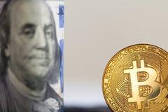 Bitcoin auf Dollarschein Stockfotos