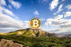 Bitcoin auf eine Gebirgsoberseite stockfotografie