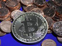 Bitcoin auf einem Stapel von Eurocents Lizenzfreie Stockfotos