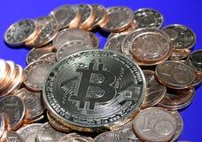 Bitcoin auf einem Stapel von Eurocents Stockfotos