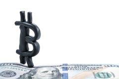 Bitcoin auf Papierdollar Stockbild