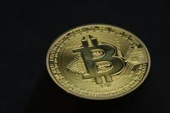 Bitcoin auf schwarzem Hintergrund lizenzfreie stockfotos