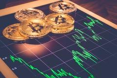 Bitcoin auf Tablette mit MarktLeistungskurve, Weinlese Stockbilder