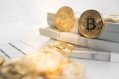 Bitcoin avec le clavier et l'argent liquide Photos libres de droits