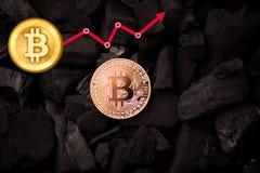 Bitcoin avec les diagrammes blancs de flèche d'augmentation de valeur photographie stock libre de droits