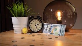 Bitcoin ayuna precio en aumento Lapso de tiempo Opinión del primer de bitcoins, del despertador y del pequeño paquete de dólares  almacen de metraje de vídeo