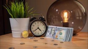 Bitcoin ayuna precio en aumento Lapso de tiempo Opinión del primer de bitcoins, del despertador y del pequeño paquete de dólares  almacen de video