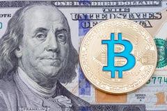 Bitcoin azul de oro en cientos fondos del bankmote fotos de archivo libres de regalías