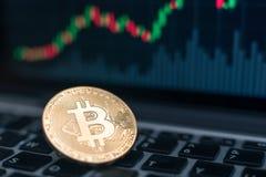 Bitcoin badania lekarskiego monety symbol na laptopie z uptrend ceny wykresu tłem, przyszłościowego pojęcia pieniężna waluta obraz royalty free