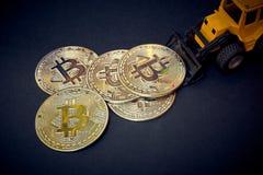 Bitcoin-Bagger, der im Bergwerk auf der Suche nach cryptocurrencies funktioniert lizenzfreies stockbild