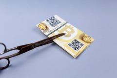 Bitcoin banknot i nożyce obraz stock