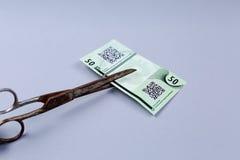 Bitcoin banknot i nożyce zdjęcia stock