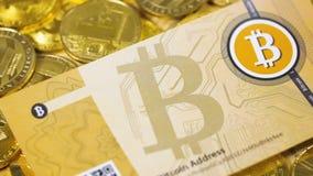 Bitcoin-Banknote über Gold Bitcoins und Litecoin stock video