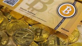 Bitcoin-Banknote fällt unten auf Digital-Münzen-Modelle stock video