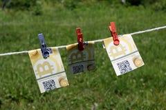 Bitcoin-Banknoten mit Wäscheklammern Stockfotografie