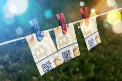 Bitcoin-Banknoten mit Wäscheklammern Lizenzfreie Stockfotos