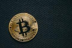Bitcoin bedrijfsconcept, gouden muntstuk - symbool van Bitcoin op zwarte geweven achtergrond Royalty-vrije Stock Foto
