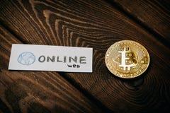 Bitcoin bedrijfsconcept, gouden muntstuk - symbool van Bitcoin op lijst en document maak van een lijst met - Online Web - woorden Stock Afbeeldingen