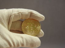 Bitcoin behandlade med handskar Arkivfoto