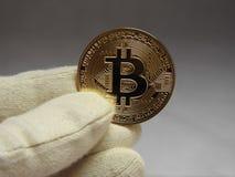 Bitcoin behandlade med handskar Royaltyfri Fotografi