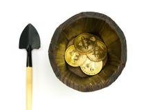 Bitcoin-Bergbau, goldene bitcoins in der Hand Digital-Symbol einer neuen virtuellen Währung auf Isolathintergrund Lizenzfreie Stockfotografie