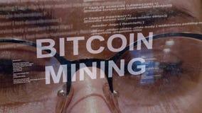 Bitcoin-Bergbautext auf Hintergrund des weiblichen Entwicklers stock video