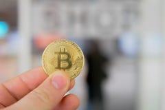 Bitcoin betalning i en shoppa eller ett lager genom att använda cryptocurrency Royaltyfri Bild